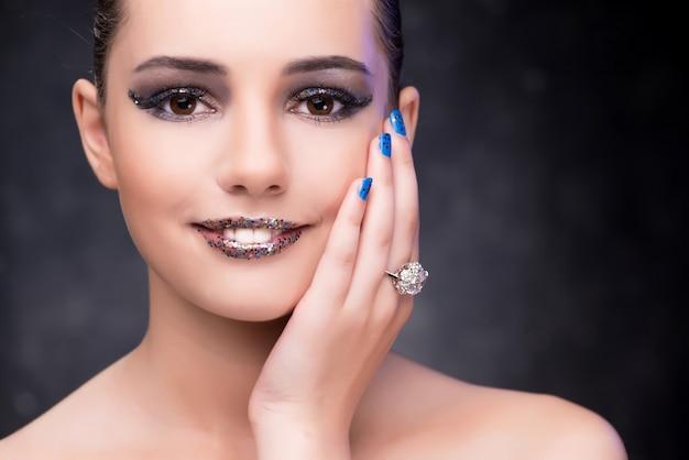 Jonge mooie vrouw in schoonheid mode concept
