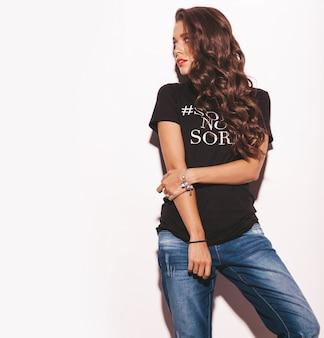 Jonge mooie vrouw in trendy zomer zwart t-shirt en jeans kleding.