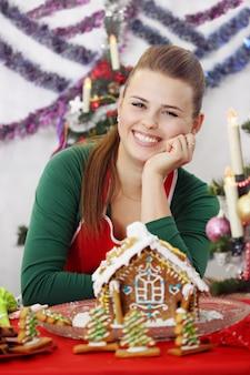 Jonge mooie vrouw ingericht peperkoek huis