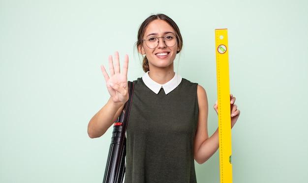 Jonge mooie vrouw lacht en ziet er vriendelijk uit, met nummer vier. architectuur concept
