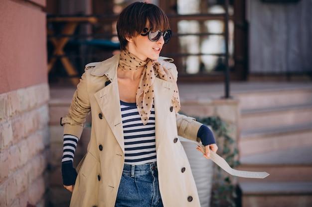 Jonge mooie vrouw lopen op een zonnige dag