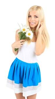 Jonge mooie vrouw met bloemen geïsoleerd op wit