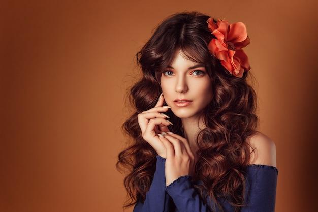 Jonge mooie vrouw met bloemen in haar haar en make-up, stemmende foto