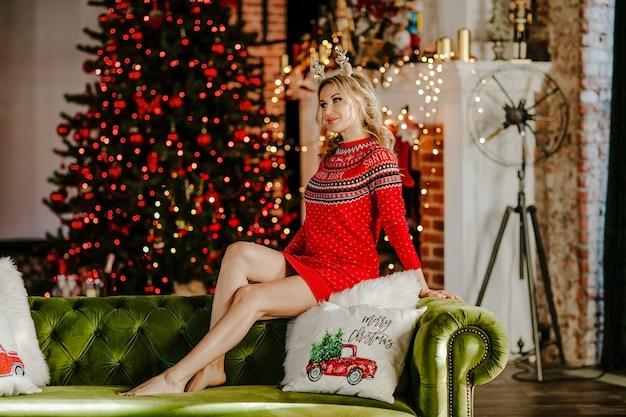 Jonge mooie vrouw met blonde haren tegen kerst achtergrond