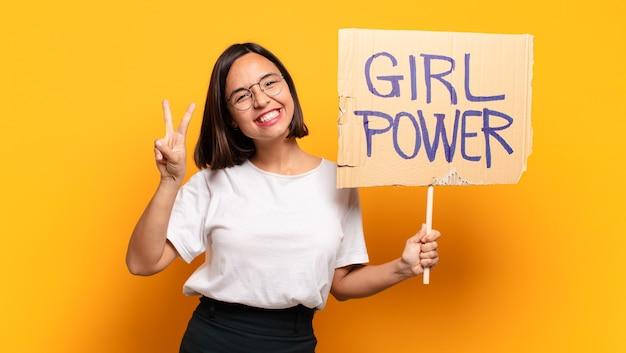 Jonge mooie vrouw met bordje met tekst: girl power