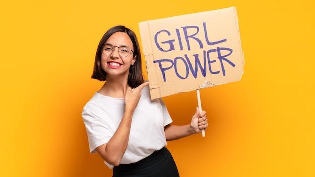Jonge mooie vrouw met de raad van de meisjesmacht