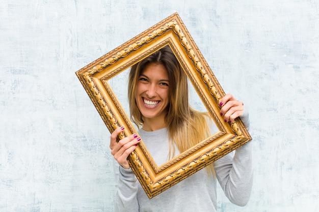 Jonge mooie vrouw met een barok frame