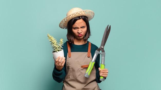 Jonge mooie vrouw met een cactus. boer concept
