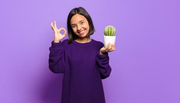 Jonge mooie vrouw met een cactus