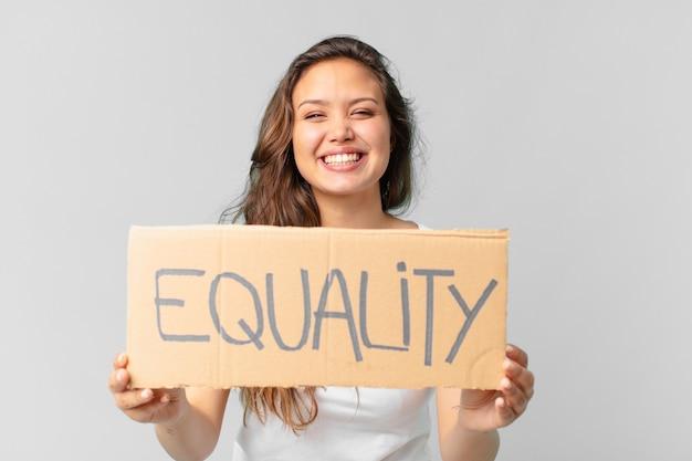 Jonge mooie vrouw met een gelijkheidsbanner