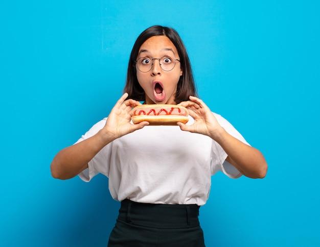 Jonge mooie vrouw met een hotdog