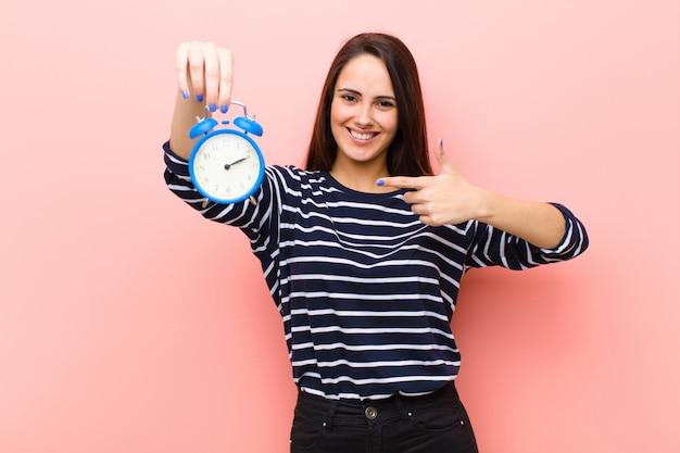 Jonge mooie vrouw met een klok. tijd concept