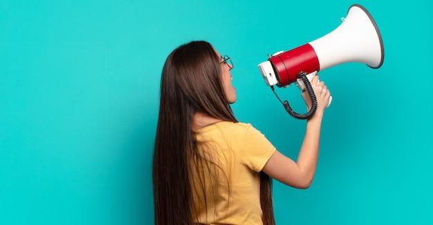 Jonge mooie vrouw met een megafoon