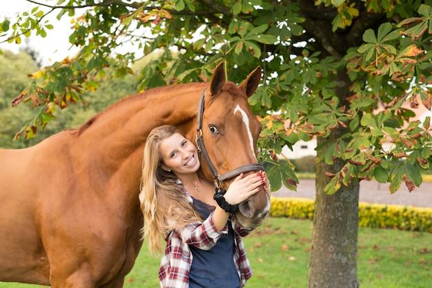 Jonge mooie vrouw met een paard