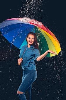 Jonge mooie vrouw met een paraplu.