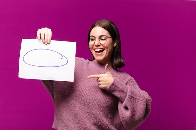 Jonge mooie vrouw met een vel papier met opmerkingen