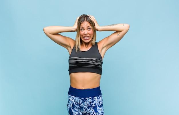 Jonge mooie vrouw met fitness-look