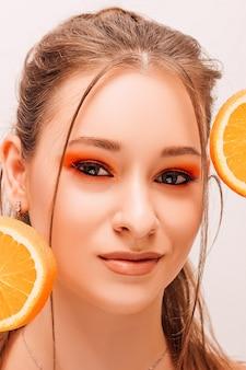 Jonge mooie vrouw met fruit