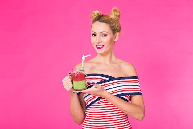 Jonge mooie vrouw met groene smoothie