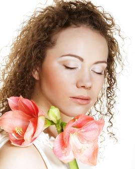 Jonge mooie vrouw met grote roze bloemen