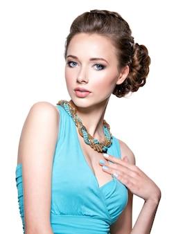 Jonge mooie vrouw met juwelen.