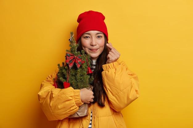 Jonge mooie vrouw met kerstversiering