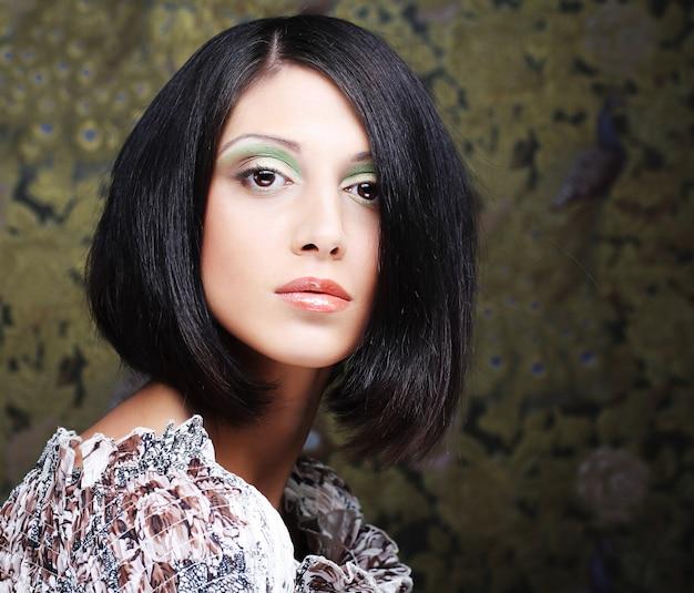 Jonge mooie vrouw met kort donker haar