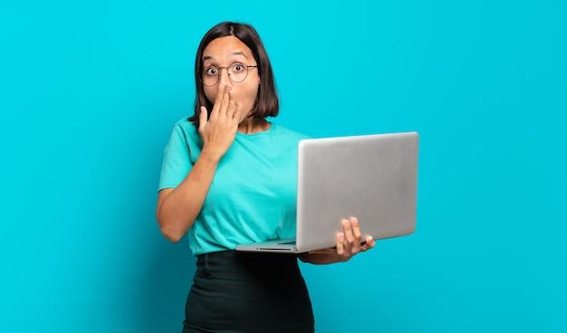 Jonge mooie vrouw met laptop