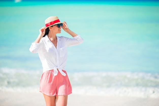 Jonge mooie vrouw met plezier aan tropische kust.