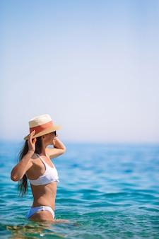 Jonge mooie vrouw met plezier op tropische kust.