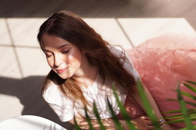 Jonge mooie vrouw met schaduwen op gezicht - manierportret
