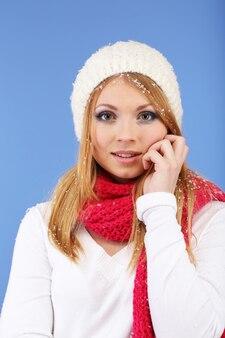 Jonge mooie vrouw met sneeuw