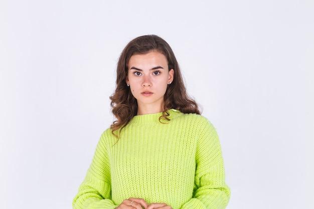 Jonge mooie vrouw met sproeten lichte make-up op witte muur poseren