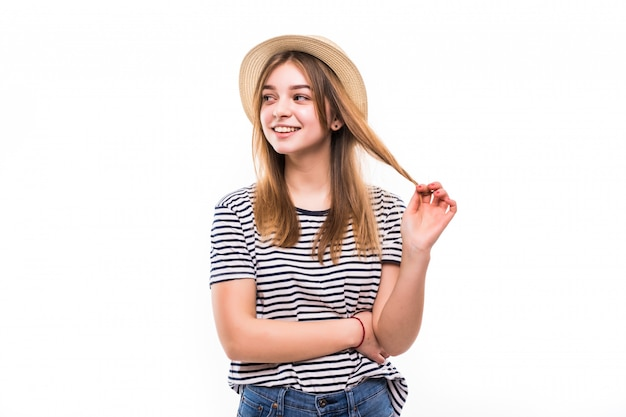 Jonge mooie vrouw met stro dat op witte muur wordt geïsoleerd