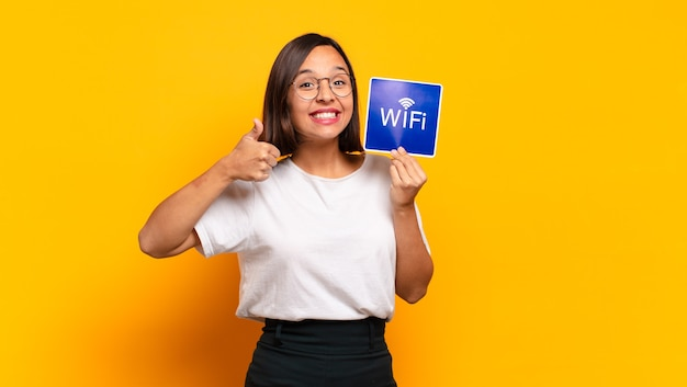 Jonge mooie vrouw met wifi-papier