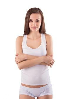 Jonge mooie vrouw met witte uitrusting