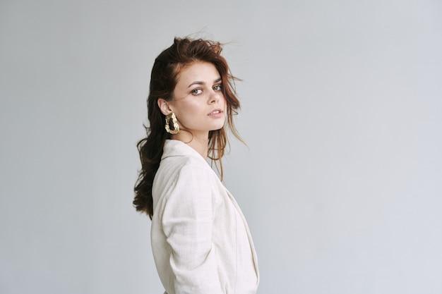 Jonge mooie vrouw model poseren in mode kleding met stijlvolle accessoires