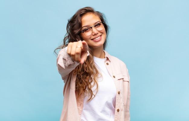 Jonge mooie vrouw op blauwe achtergrond met bril