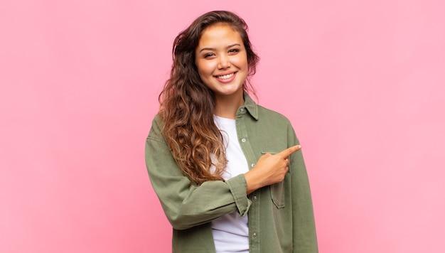 Jonge mooie vrouw op roze achtergrond