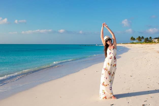 Jonge mooie vrouw op strand tijdens haar zomervakantie