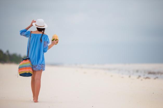 Jonge mooie vrouw op strandvakantie