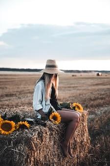 Jonge mooie vrouw op veld in de zomer