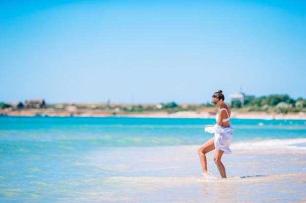Jonge mooie vrouw op wit zand tropisch strand