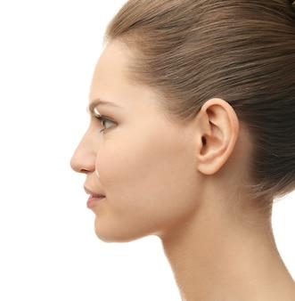Jonge mooie vrouw op witte ondergrond. plastische chirurgie concept