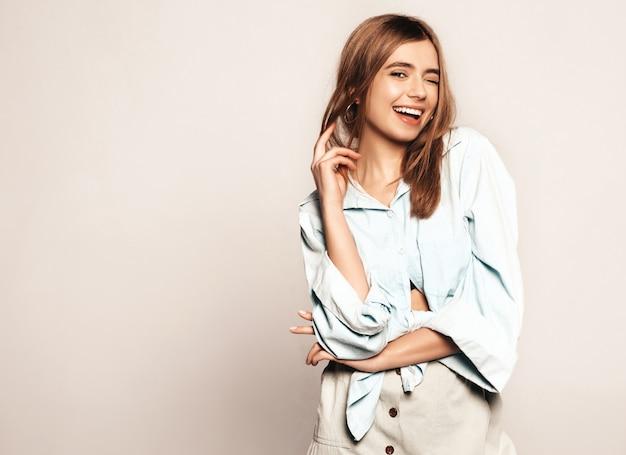 Jonge mooie vrouw op zoek. trendy meisje in casual zomer kleding. positief grappig model. knipogend