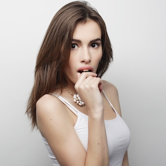 Jonge mooie vrouw poseren met witte t-shirts, ower witte achtergrond