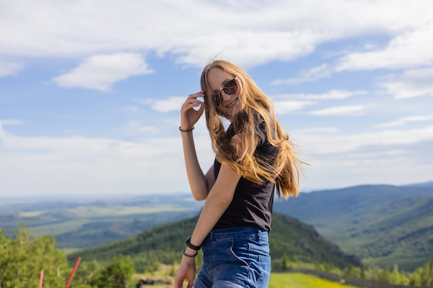 Jonge mooie vrouw poseren voor een foto met geweldig spajici-meer op de achtergrond.