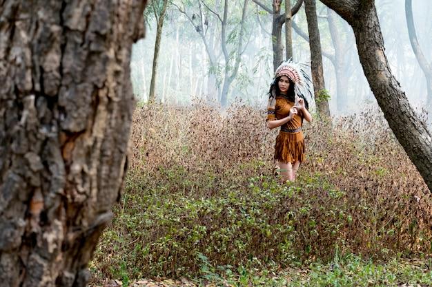 Jonge mooie vrouw, schoonheid, etnische tribale make-up, tekeningen op gezicht, rode lippen, oorbellen