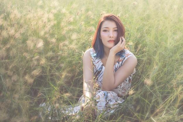 Jonge mooie vrouw, schoonheid, etnische tribale make-up