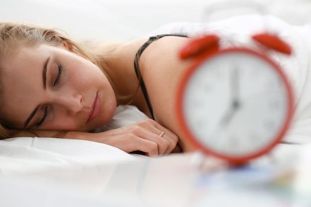 Jonge mooie vrouw slapen in bed